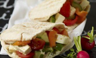 Бутерброды из лаваша с салатом из сыра фета