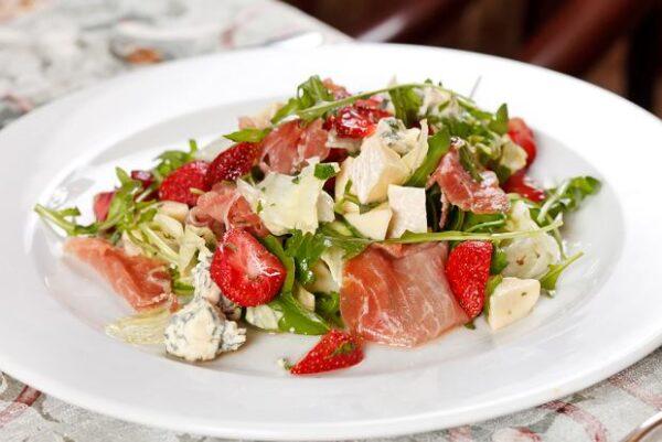 salat iz govyadiny s klubnikoj