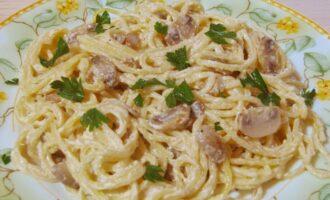 спагетти с грибами и орехами