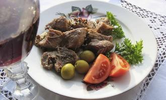 мясо с кусочками в вине